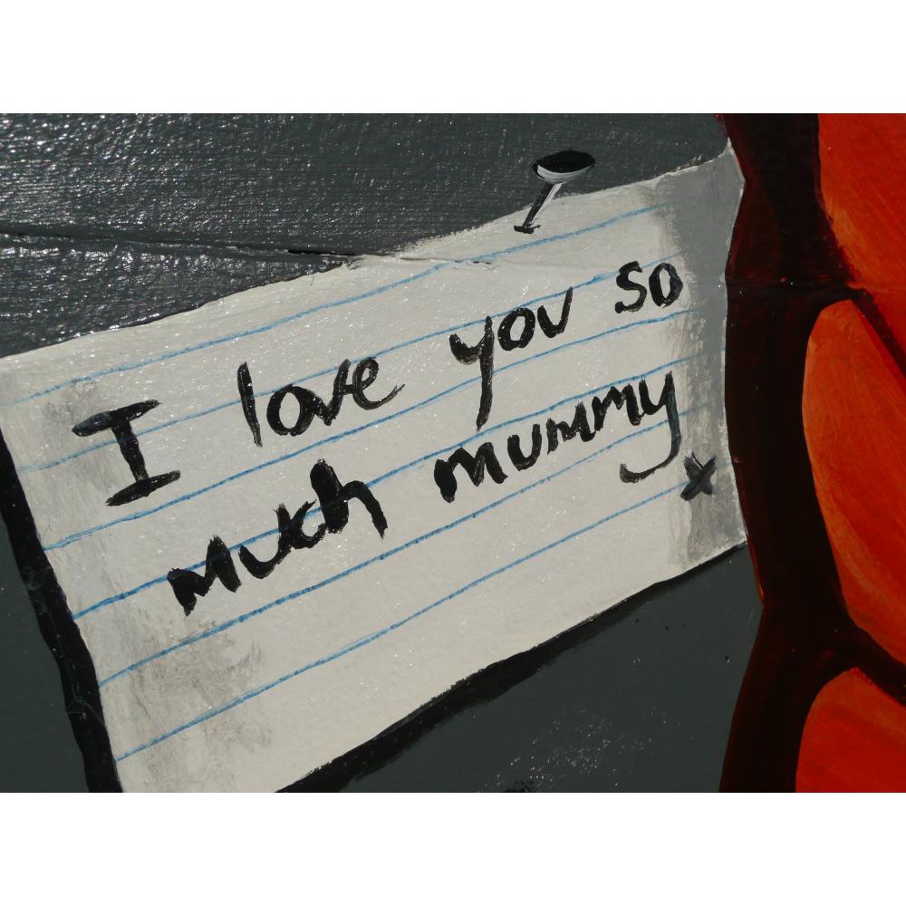 "A hnda-written not reads ""I love you so much mummy"""